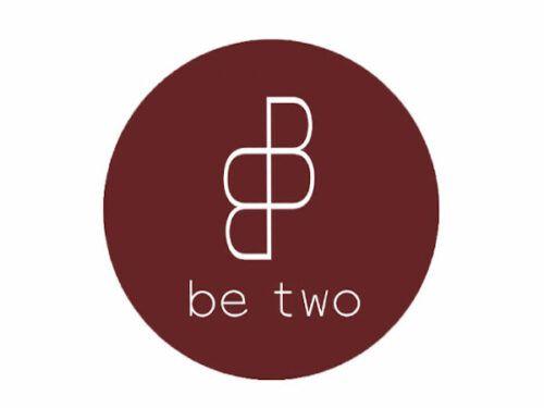 logotipo marca Be two de barcelona en color granate